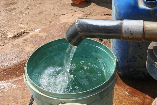 El agua potable todavía es un sueño para más de 300 millones de africanos. Crédito: Busani Bafana/IPS.