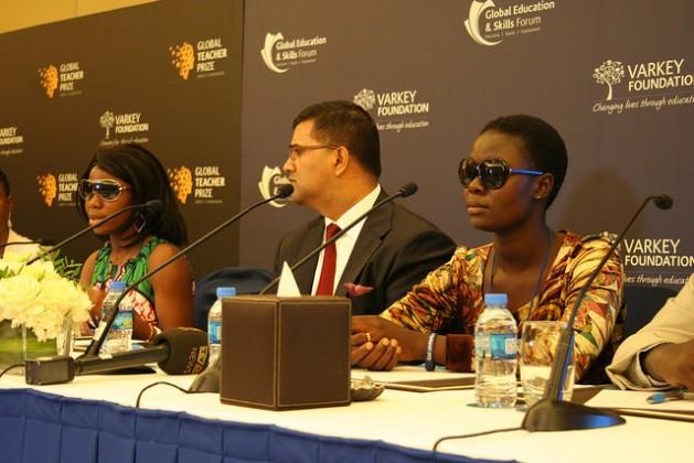 Jóvenes de Chibok, en Nigeria, sobrevivientes del secuestro de Boko Haram, Sa'a (izq) y Rachel (dcha), en una conferencia de prensa, moderada por Vikas Pota, director ejecutivo de la Fundación Varkey, que organizó un foro de educación en el emirato de Dubai. Crédito: Busani Bafana/IPS.