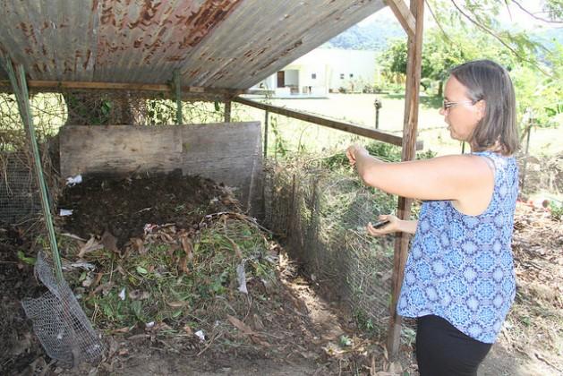 La directora de la Academia Richmond Vale, Stina Herberg, explica cómo se produce el compost utilizando la vegetación, el cartón y el excremento de animales. Crédito: Kenton X. Chance/IPS.