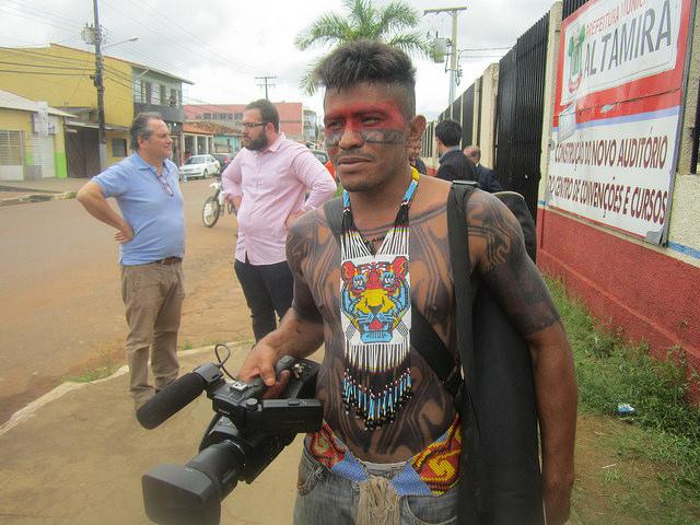 """Jailson Juruna, el """"Caboclo"""" de la aldea Miratu, con su nueva arma de lucha en defensa de los derechos indígenas, en la Volta Grande del río Xingu, en la Amazonia brasileña. Actualmente realiza un curso de videasta promovido por Video en las Aldeas, un movimiento que capacita a indígenas en la producción de audiovisuales. Crédito: Mario Osava/IPS"""