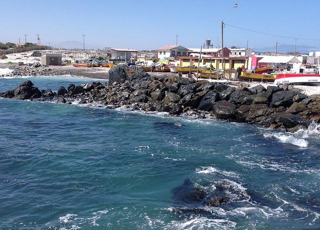 La caleta de Punta de Choros, en el norte de Chile, se convirtió en privilegiado destino turístico, con visitantes que desbordan el pequeño lugar. Por ello, se han multiplicado las ofertas gastronómicas, los hospedajes y los paseos en bote para visitar islas cercanas y avistar ballenas y otros cetáceos. Crédito: Orlando Milesi/IPS