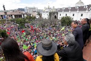 Lenín Moreno se dirige a la multitud tras su triunfo electoral el 2 de abril, con el mandatario saliente Rafael Correa al lado, desde la sede de la Presidencia, en la Plaza de la Independencia, en el corazón del casco histórico de Quito. Crédito: Campaña de Lenín Moreno