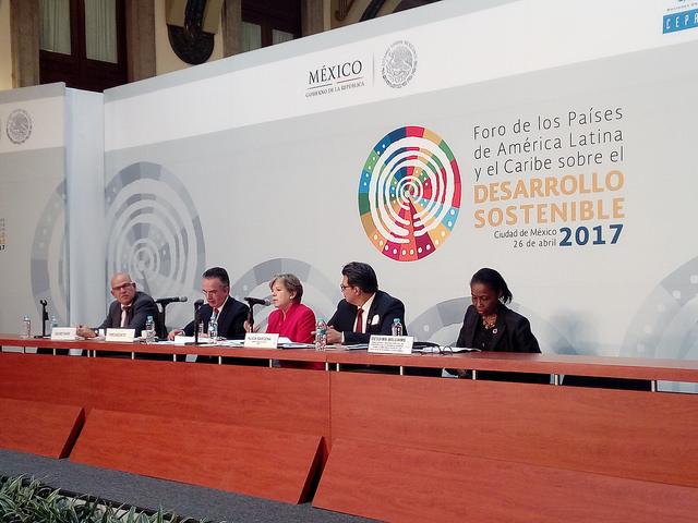 Alicia Bárcena, secretaria ejecutiva de la Cepal (al centro), presidió las deliberaciones del Foro de los Países de América Latina y el Caribe sobre el Desarrollo Sostenible, realizado del 26 al 28 de abril en la sede de la Secretaría (ministerio) de Relaciones Exteriores de México, en la capital del país. Crédito: Emilio Godoy/IPS