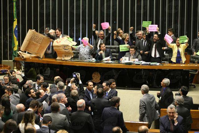 Diputados de oposición celebran un