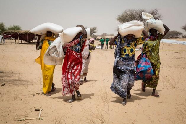 Refugiadas en el campamento de Melia, en el lago Chad, que reciben alimentos del Programa Mundial de Alimentos. Foto: Marco Frattini / PMA