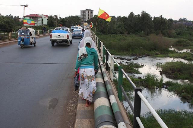 Banderas nacionales etíopes y banderas regionales de Amhara a lo largo del puente sobre el Nilo Azul en la ciudad de Bahir Dar, donde una marcha pacífica fue reprimida por las autoridades de Etiopía. Crédito: James Jeffrey / IPS