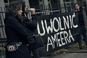 """Manifestantes en Varsovia protestan en solidaridad con Amir Aljawlany. En el cartel dice """"Liberen a Amir"""". Crédito: TV Kryzys."""