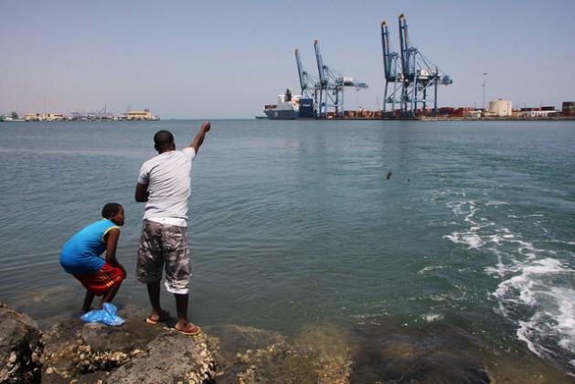 La importancia estratégica y comercial de Yibuti en el encuentro de África con Medio Oriente y el océano Índico se refuerza por su creciente red de puertos. Crédito: James Jeffrey/IPS.