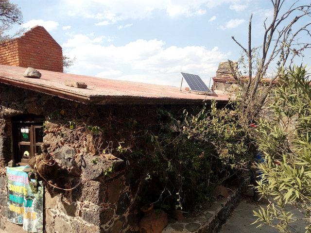 Una vivienda con un panel solar en el municipio de Tula, en Hidalgo, un estado contiguo a Ciudad de México. Las fuentes renovables no convencionales se consideran un instrumento para combatir la pobreza energética. Crédito: Emilio Godoy/IPS