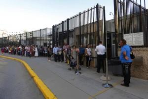 Ciudadanos cubanos hacen fila ante la sede de la embajada de Estados Unidos ante La Habana, que funciona desde el restablecimiento de relaciones diplomáticas bilaterales en 2015. Crédito: Jorge Luis Baños/IPS