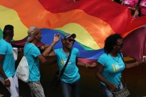 """Jóvenes participantes en la conga por la diversidad, el 13 de mayo en La Habana, un desfile festivo que como cada año formó parte de los actos de la X Jornada Cubana contra la Homofobia y la Transfobia, que este año ha tenido como lema """"Por escuelas sin homofobia ni transfobia"""". Crédito: Jorge Luis Baños/IPS"""