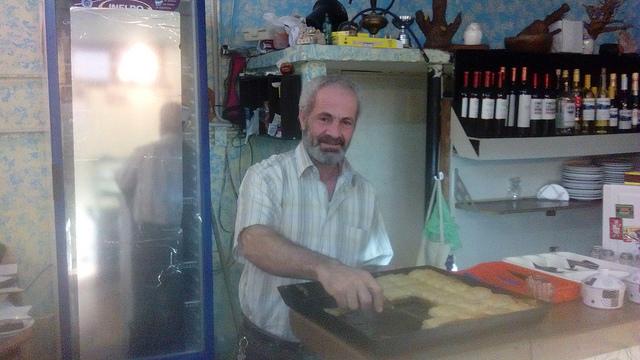 El sirio Hatem Badwan, en el restaurante de comida árabe que montó en 2016 en el barrio de Villa Crespo, en Buenos Aires. Llegó en 2012 a Argentina, donde ya vivía su hermano, con su esposa y tres de sus cuatro hijos, huyendo de la guerra en su país. Crédito: Daniel Gutman/IPS