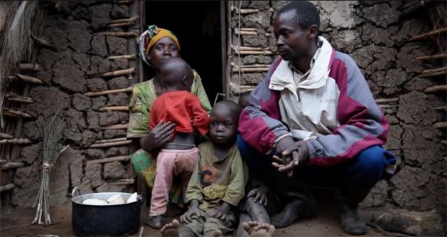 Saidi Olivier, un campesino desplazado en el norte de Kivu, República Democrática del Congo (RDC), con su familia en un campamento de desplazados internos. Crédito: IDMC