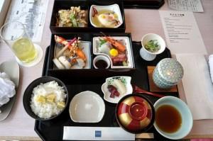 Tempura, sashimi, pepinillos, arroz y sopa de miso. Crédito: ciclonebill de Copenhague, Dinamarca.