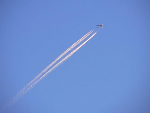 El avión 747-400 de Japan Airlines con destino a Tokio deja una estela al atardecer. Crédito: CC BY-SA 2.5