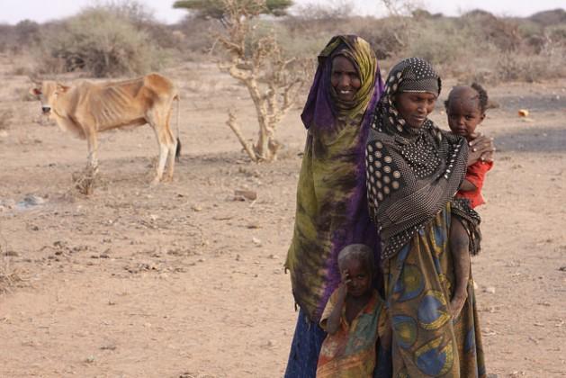 Mujeres, niñas y niños en un campamento para personas desplazadas, 60 kilómetros al sur de la localidad de Gode, a la que solo se llega por un camino sucio. Crédito: James Jeffrey/IPS.