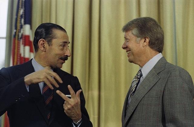 El presidente estadounidense James Carter (derecha) y el general Jorge Rafael Videla, el dictador argentino, durante su encuentro en el Despacho Oval de la Casa Blanca, en Washington, en septiembre de 1977. Crédito: Dominio Público