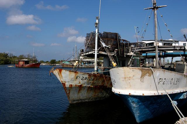 Barcos pesqueros que vivieron mejores días, parte de la flota de una empresa estatal, atracados en una caleta de la Ciénaga de Zapata, en la occidental provincia de Matanzas, en Cuba. Crédito: Jorge Luis Baños/IPS