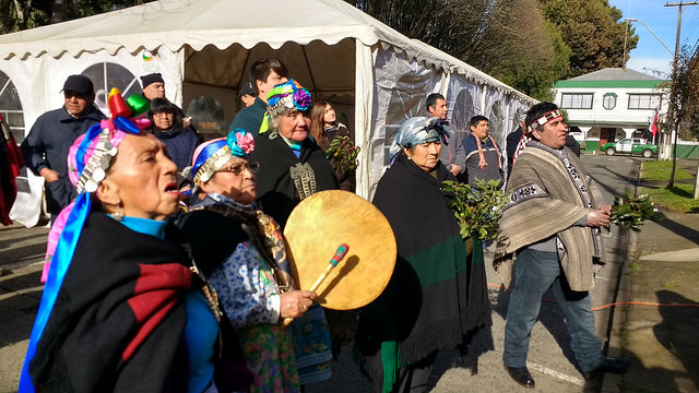 Representantes de los pueblos mapuche, lonko y machi, durante la izada de bandera en la plaza de Armas de Vilcún, a 700 kilómetros al sur de Santiago, en uno de los numerosos actos que se realizaron en Chile el 24 de junio, declarado fiesta nacional por el We Tripantu, el año nuevo mapuche. Crédito: Mirna Concha/IPS