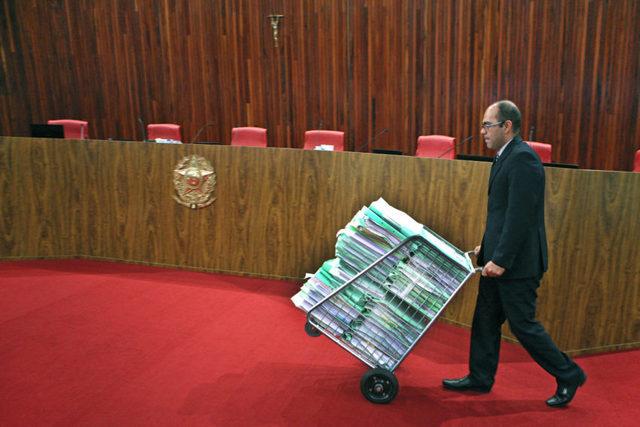 """Los 8.000 folios del expediente sobre las irregularidades en la campaña electoral de 2014, elaborado por el relator Herman Benjamin, con pruebas """"oceánicas"""", según él, no sirvieron para la cond"""