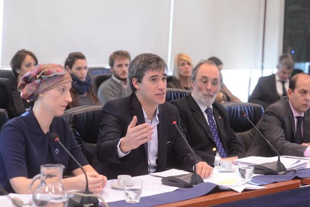 El secretario de Asuntos Políticos e Institucionales de Argentina, Adrián Pérez (segundo a la derecha), durante la primera reunión en la Cámara de Diputados para discutir el proyecto de la ley de Gestión de Intereses, el 30 de mayo. Crédito: Cámara de Diputados de la Nación.