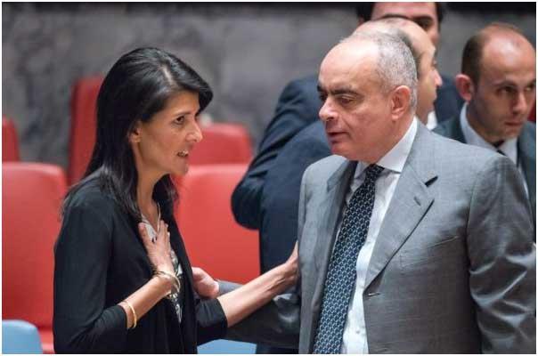 """Nikki Haley y el embajador de Egipto en la ONU, Amr Aboulatta, en el Consejo de Seguridad. Haley dijo en junio de 2017 en el Congreso legislativo que el presupuesto propuesto por Donal Trump ponía al foro mundial """"sobre aviso"""". Crédito: Rick Bajornas/UN PHOTO."""