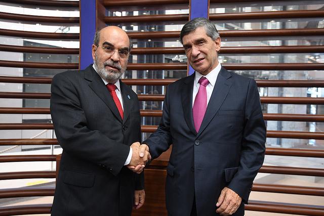 El director general de la FAO, José Graziano da Silva (izquierda), con el ministro del Posconflicto, Derechos Humanos y Seguridad de Colombia, Rafael Pardo, en la sede de la organización de las Naciones Unidas en Roma. Crédito: Carlo Perla/FAO