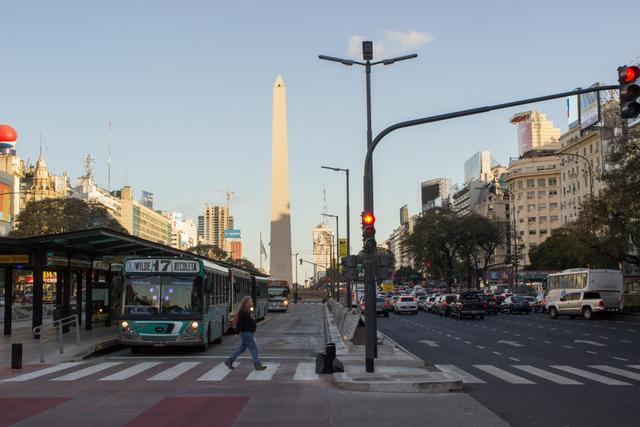 La avenida 9 de Julio, con el emblemático Obelisco al fondo, en Buenos Aires. Crédito: Juan Moseinco /IPS