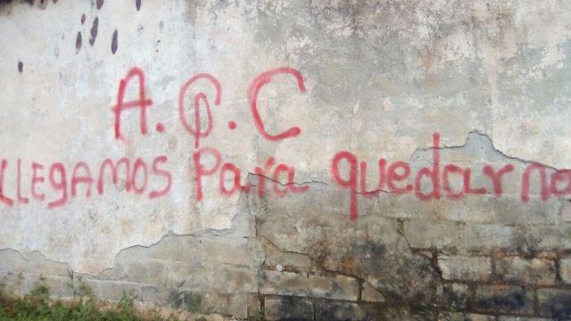 Un grafiti sobre un muro de San José de Apartadó, en Colombia, del grupo armado AGC, descubierto el 11 de julio de 2017 en San José de Apartadó. Crédito: Comunidad de Paz de San José de Apartadó