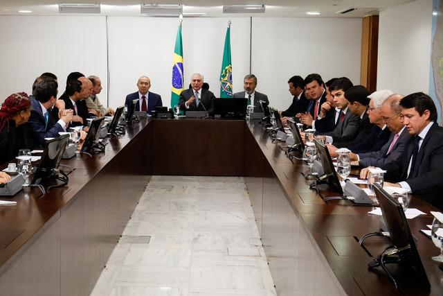 El presidente de Brasil, Michel Temer, durante una reunión con sus ministros el 5 de julio. Ocho miembros de su gabinete ministerial, 28,5 por ciento del total, son investigados por corrupción y algunos de ellos por varios casos. Crédito: Alan Santos/PR/FotosPúblicas