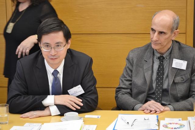 Ma Jun, economista jefe del Banco Popular de China, junto a Rubén Mercado, del Programa Nacional de las Naciones Unidas para el Desarrollo (PNUD) en Argentina. El alto funcionario del banco central del gigante asiático promovió en Buenos Aires el modelo de Beijing de financiamiento verde. Crédito: PNUD