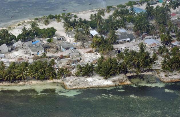 Vista aérea de la aldea de Kolhuvaariyaafushi, en el atolón de Mulaaku, de Maldivas, tras el tsunami de 2004 en el océano Índico. Crédito: Evan Schneider/UN Photo.