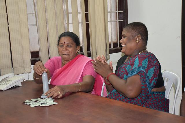 Trabajadoras sexuales de la ciudad de Chennai, en India, muestran el uso del condón. Crédito: Stella Paul/IPS.