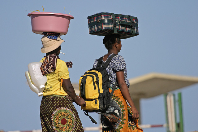 Mujeres de Mozambique comercian a través de la frontera con Sudáfrica. Crédito: Trevor Davies/IPS