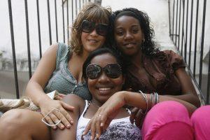 Tres mujeres jóvenes, durante un festejo popular en uno de los municipios de La Habana. El derecho al aborto está garantizado en Cuba desde hace más de medio siglo, pero comienza a ser acosado por iglesias con posiciones extremistas en su contra. Crédito: Jorge Luis Baños/IPS