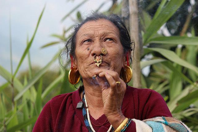 Una matriarca indígena en India, del estado de Sikkim, de gran diversidad biológica, en el Himalaya. Ella concentra el conocimiento tradicional sobre alimentos y propiedades medicinales de las plantas. Crédito: Manipadma Jena/IPS.