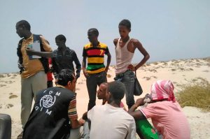 El personal de la Organización Internacional de las Migraciones (OIM) asiste a migrantes etíopes y somalíes lanzados por la borda por los traficantes de personas. Crédito: OIM.