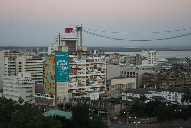 Mozambique está pronto para los negocios con el nuevo puente en suspensión que se eleva en Maputo. Crédito: Busani Bafana/IPS.