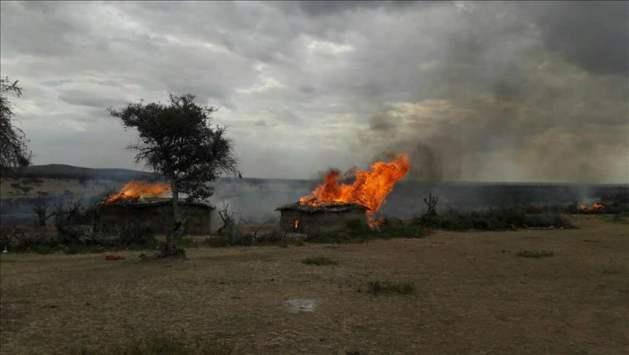 Una columna de humo sale de una choza mazái, incendiada en el área de Loliondo, en Tanzania, el de agosto de 2017. Crédito: Cortesía de IWGIA.