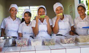 Alumnas del Centro Escolar Cantón Pepenance, en el municipio de Atiquizaya, en el occidente de El Salvador, mientras preparan un refrigerio para todos los escolares con recetas locales y productos adquiridos a agricultores de la zona, como parte del programa de alimentación saludable del proyecto de Escuelas Sostenibles. Crédito: Edgardo Ayala/IPS
