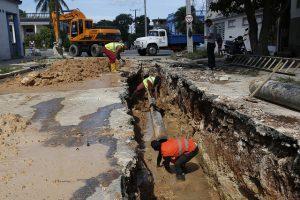 Trabajadores de la empresa estatal Aguas de La Habana ejecutan la rehabilitación de una red para el drenaje de las aguas residuales, en una calle del municipio Marianao, en la capital de Cuba. Crédito: Jorge Luis Baños/IPS