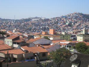 Los altos precios de inmuebles en el centro expulsan a los pobres para las periferias cada día más alejadas, donde no hay empleos, infraestructura urbana ni escuelas o asistencia médica.