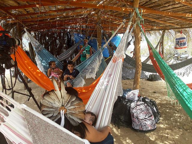 Familias tuxás durante un descanso, mientras construyen en Surubabel su nueva aldea, en lo que consideran la retoma de sus tierras ancestrales, en la ribera de lo que antes era el río en medio del que vivían, el Sao Francisco, y ahora es un embalse en el los límites entre los estados de Pernambuco y Bahia, en Brasil. Crédito: Fabiana Frayssinet/IPS