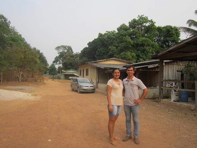 Tras vivir 10 años en la ciudad, el joven matrimonio de Alison Oliveira y Marcely Federicci da Silva decidió volver a explotar su finca con un proyecto agropecuario sustentable, en las cercanías de Alta Floresta, en el llamado Portal de la Amazonia, en el estado de Mato Grosso, en el centro-oeste de Brasil. Crédito: Mario Osava/IPS