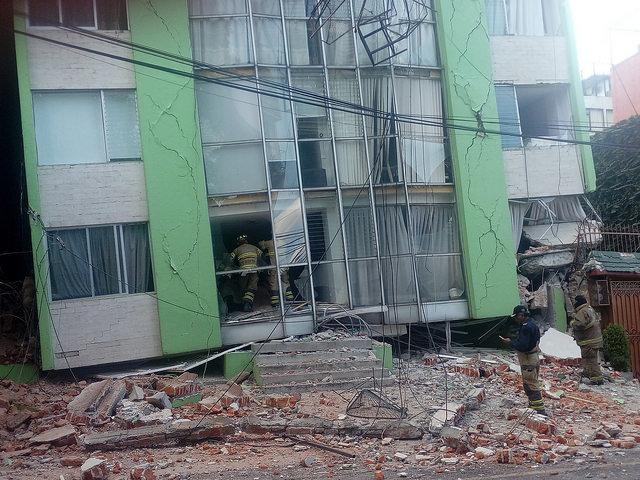 El terremoto del martes 19 derrumbó medio centenar de edificios de Ciudad de México y dejó inhabitables otros muchos. En la imagen, bomberos inspeccionan un día después un edificio de apartamentos que quedó a duras penas en pie pero que tendrá que ser derribado, en un barrio del centro de la capital mexicana. Crédito: Emilio Godoy/IPS