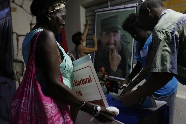 Una mayoría de mujeres participa en los preparativos de la asamblea de nominación de candidatos a delegados al Poder Popular en el barrio del Cerro, en la capital cubana, en el inicio del proceso electoral por etapas de Cuba, que culminará con la designación del nuevo presidente en febrero de 2018. Crédito: Jorge Luis Baños/IPS