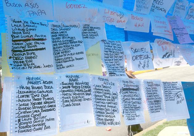 En un improvisado tendedero instalado en la calle, una ciudadana estableció listas de nombres de los alumnos a salvo, rescatados, hospitalizados o desparecidos en el colegio Rébsamen, en Ciudad de México. Crédito: Celia Guerrero/Pie de Página