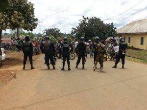 La policía impide el paso a los manifestantes hacia un edificio gubernamental en en Kumba, en la zona Sur-Oeste de Camerún, en el marco de una crisis política en la región angloparlante. Crédito: Mbom Sixtus/IPS.