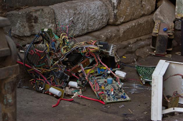 Desmontaje de desperdicios electrónicos en Bengaluru, India. Crédito: Victorgrigas/Creative Commons.