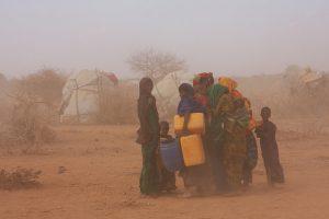 Mujeres y niños en medio de una tormenta de arena en un campamento de desplazados, 60 kilómetros al sur de la ciudad de Gode, a donde solo se llega por un sendero en medio de un paisaje seco. Crédito: James Jeffrey/IPS